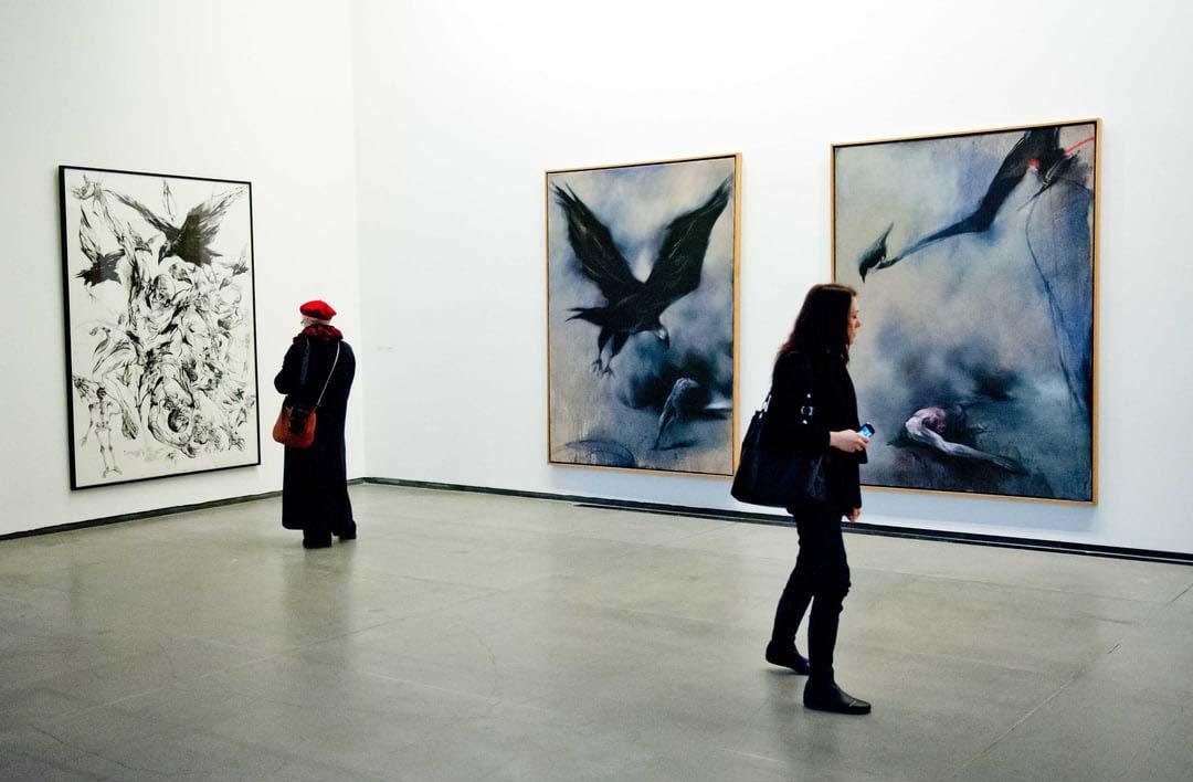 Photo de deux personnes évoluant dans une salle exposant de grandes toiles - référence